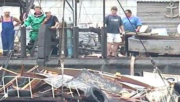 Спасатели подняли на поверхность катер, затонувший в Москве-реке