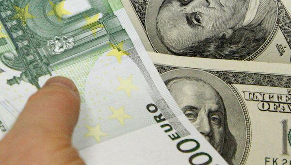 Евро колеблется к доллару на негативных статданных из Европы