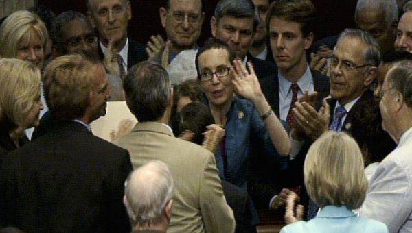 Член палаты представителей Габриэль Гиффордс на дебатах по законопроекту о потолке госдолга