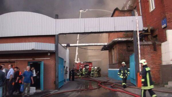 Крупный пожар произошел на складе на улице Талалихина в Москве