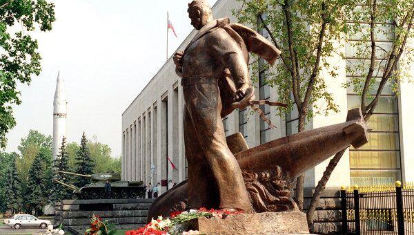 Памятник морякам погибшей атомной подводной лодки Курск. Архивное фото
