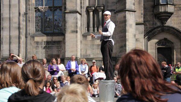 Уличный актер на фестивале в Эдинбурге