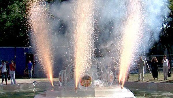 Ангела, рыбку и фонтан изо льда создали под палящим солнцем на ВВЦ