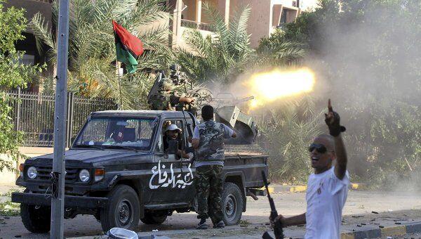 Ливийские повстанцы ведут огонь в Триполи 26 августа 2011 года