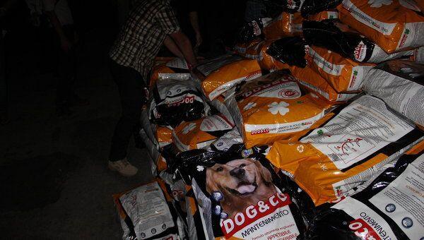 В испытывающий проблемы с питанием Триполи доставили корм для собак