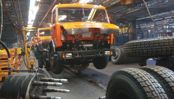 Главный сборочный конвейер новой модификации автомобилей КАМАЗ. Архив