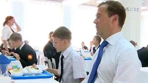 Медведев пообедал макаронами с рыбой в столовой кадетского училища