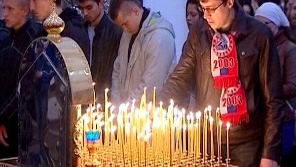 Сотни людей пришли на панихиду по погибшим хоккеистам Локомотива