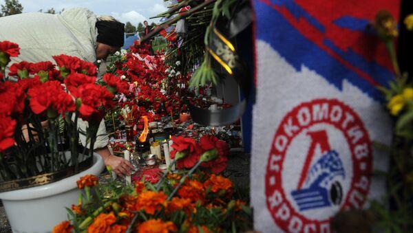 Цветы и свечи в память о погибших хоккеистах ярославского Локомотива у стадиона Арена-2000