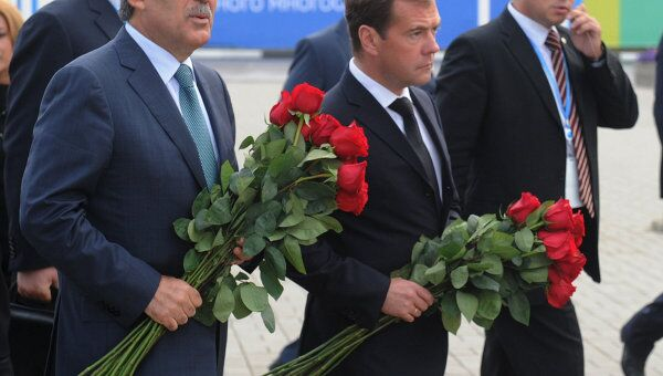 Президенты России и Турции Д.Медведев и А.Гюль возложили цветы у стадиона Арена-2000