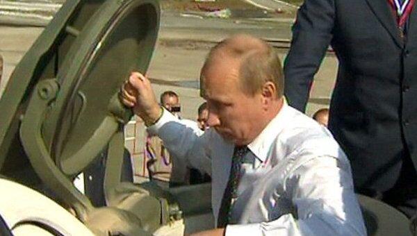 Путин на выставке вооружений попробовал себя в роли командира танка