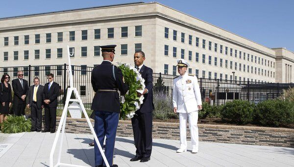 Барак Обама у мемориала в Пентагоне