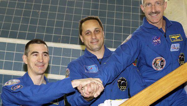 Члены основного экипажа новой экспедиции на МКС Анатолий Иванишин, Антон Шкаплеров и Дэниел Бербэнк(слева направо) во время тренировки