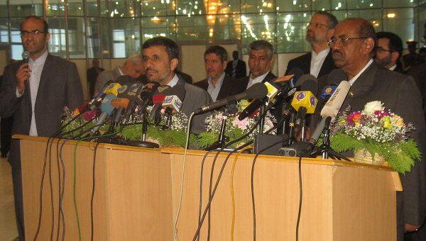 Президент Ирана Махмуд Ахмадинежад и президент Судана Омар аль-Башир на совместной пресс-конференции по окончанию визита Ахмадинежада в Хартум