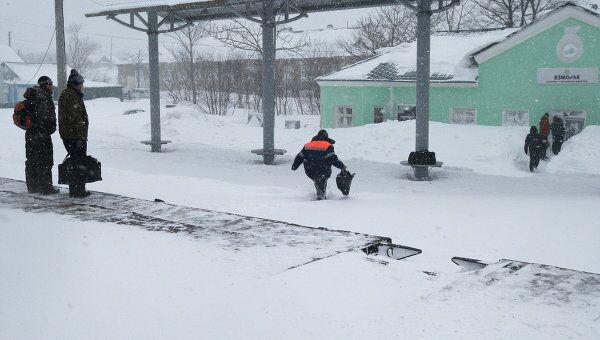 Сотрудники спасательной службы на железнодорожной станции Взморье