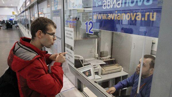 Пассажир у кассы авиакомпании Авианова. Архив