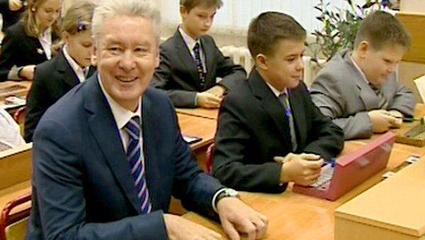 Cобянин в День учителя сел за парту на уроке музыки в столичной школе