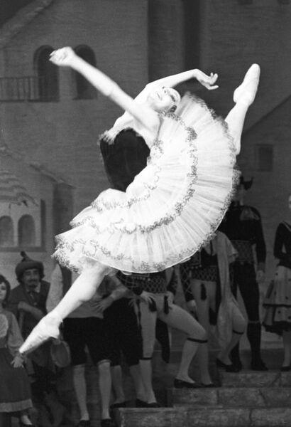 Артистка Нина Сорокина в сцене из балета Дон Кихот
