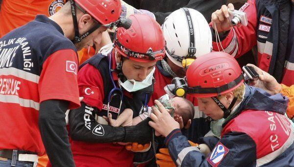 Турецкие спасатели извлекли живым из-под завалов разрушенного здания двухнедельного ребенка