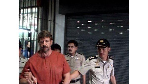 Виктор Бут покидает здание суда после приговора
