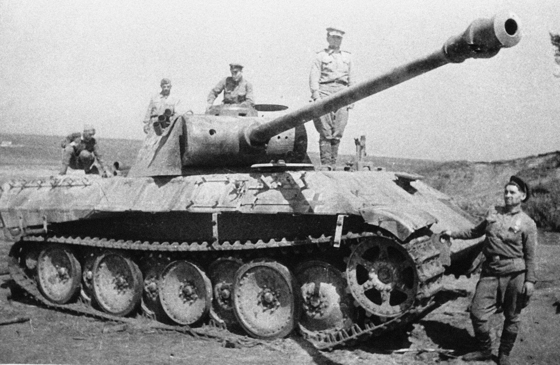 Советские воины рассматривают немецкий танк - РИА Новости, 1920, 16.09.2020