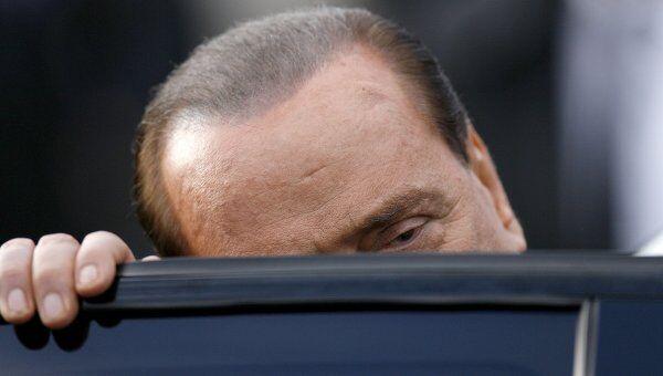 Премьер-министр Италии Сильвио Берлускони садится в машину
