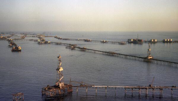 Нефтяные сооружения на Каспийском море. Архивное фото.
