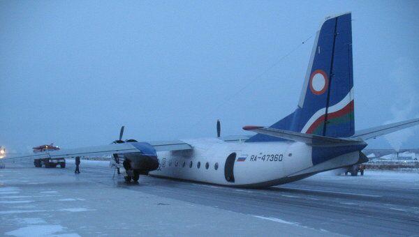 Самолет Ан-24, принадлежащий авиакомпании Якутия, в аэропорту Якутска