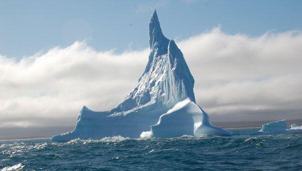 Айсберг в форме скалы. Архивное фото
