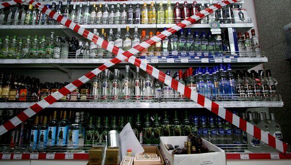 Стеллаж с алкогольной продукцией в магазине. Архивное фото