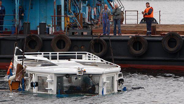 Подъем затонувшего в Неве прогулочного катера