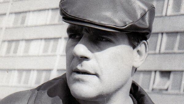 Писатель Сергей Довлатов на фоне таллинского дома печати. 1974 год. Архивное фото