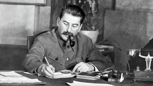 Генеральный секретарь ЦК ВКП (б) Иосиф Сталин в своем рабочем кабинете, 1949 год