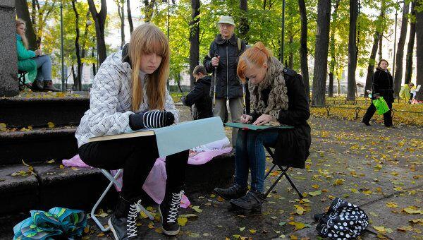 Дети с мольбертами в парке