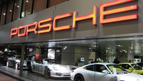 Фирменный салон Porsche. Архивное фото