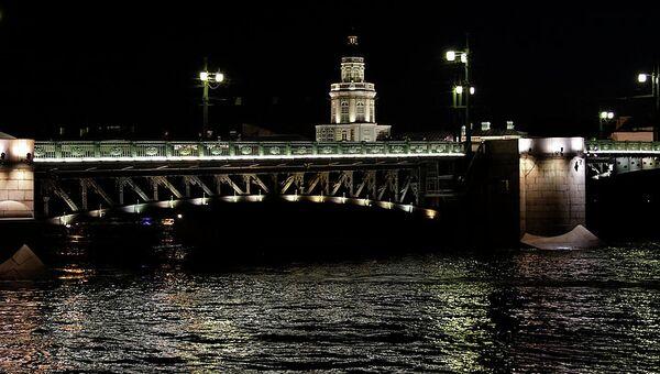 Вид на Дворцовый мост и Кунсткамеру в Санкт-Петербурге