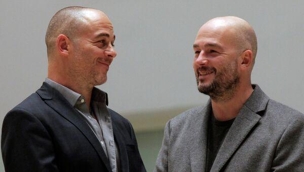 Английские художники Джейк и Динос Чепмены (слева направо) на открытии своей выставки Конец веселья в Эрмитаже