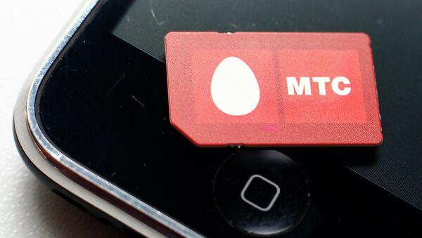 Сим-карта с логотипом оператора сотовой связи МТС. Архивное фото