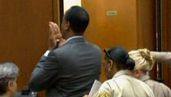 Врач Майкла Джексона послал прощальные воздушные поцелуи в зале суда