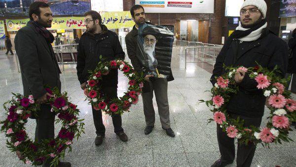 Встреча высланных из Великобритании иранских послов в аэропорту Тегерана