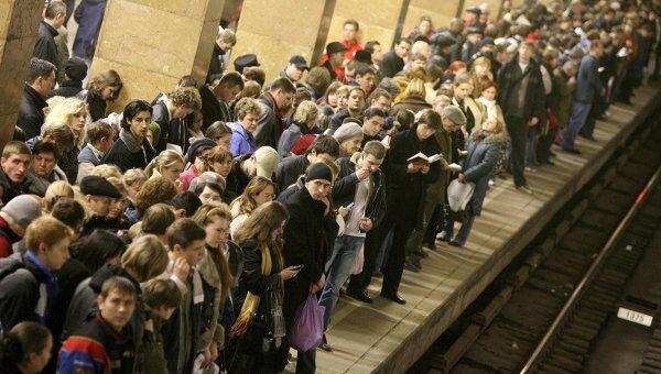 В ожидании поезда в метро. Архив