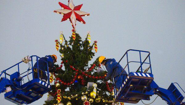 Демонтаж новогодних елок в Москве. Архив