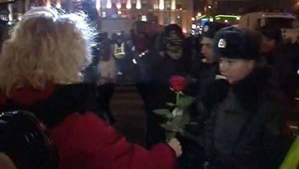 Блондинка дарит красные розы полицейским на Триумфальной площади