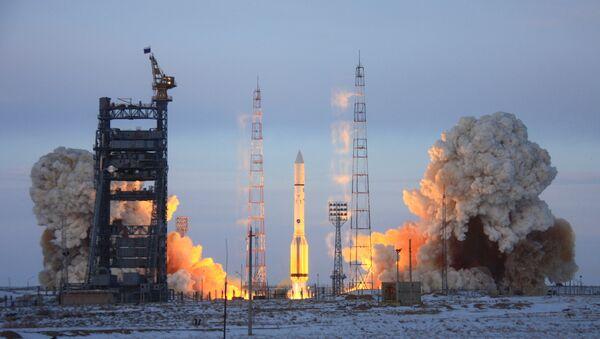 Старт ракеты космического назначения (РКН) Протон-М с российским космическим аппаратом Луч-5А и израильским телекоммуникационным спутником АМОС-5 с космодрома Байконур. Архивное фото