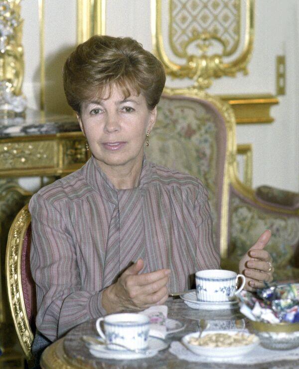 Раиса Горбачева пьет чай