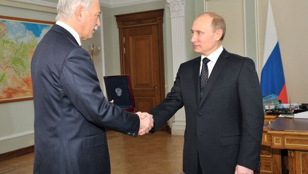 В.Путин вручил Б.Грызлову медаль П.А.Столыпина в Ново-Огарево