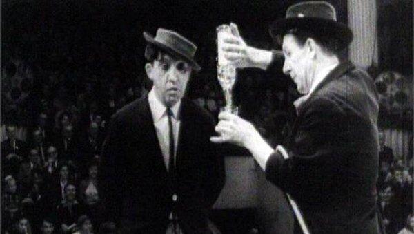 Юрий Никулин и Михаил Шуйдин в сценке Выпивохи. 1960-е годы