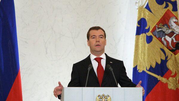 Медведев предлагает обсудить сокращение количества часовых поясов в РФ