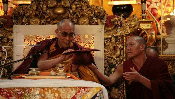 Далай-лама примеряет профессорское одеяние