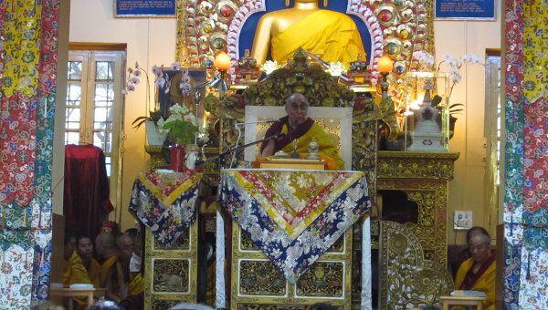 Далай-лама на троне в главном храме Дхарамсалы во время учений для российских буддистов